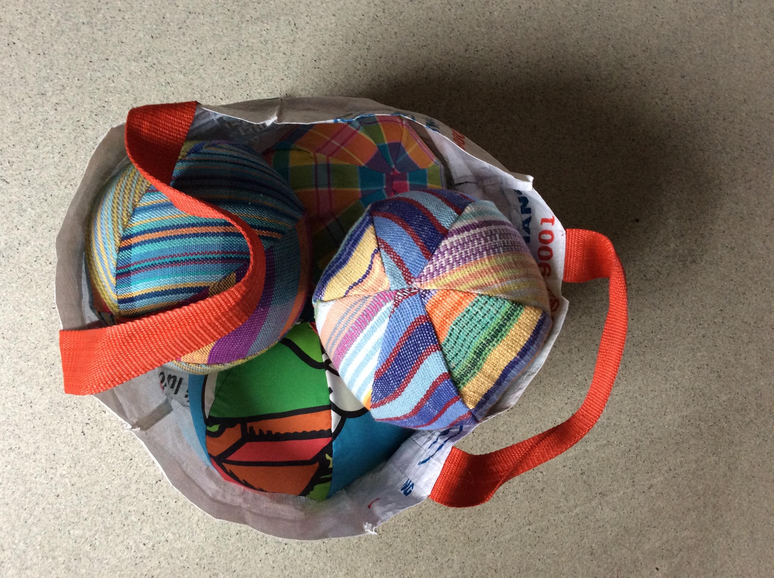 Matériel pour les jeux coopératifs réalisé à partir d'objets recyclés : Ballons