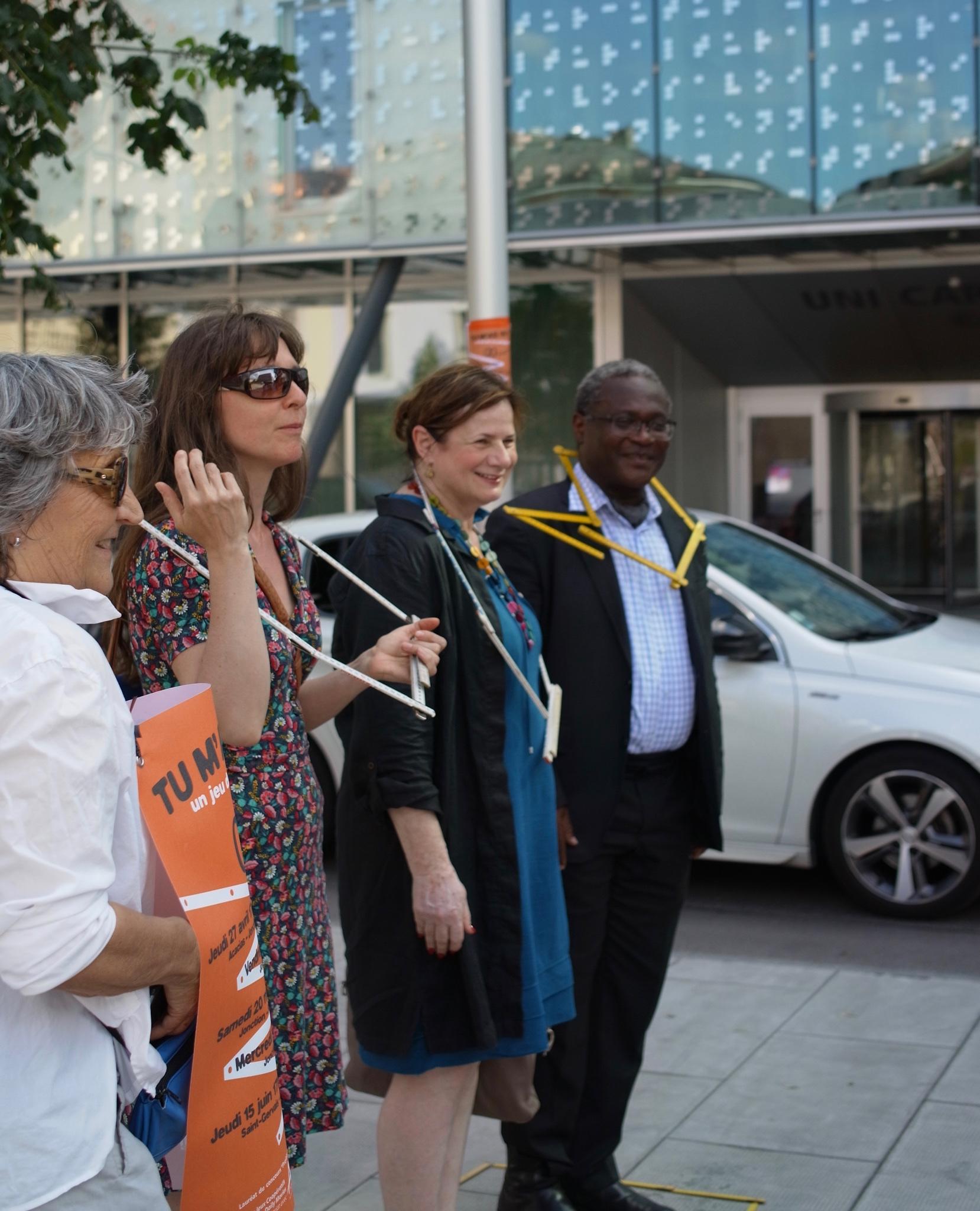 Esther Alder : conseillère administrative ville de Genève et Laurent Jimaja : maire du Grand-Saconnex sont venus relever le défi coopératif «Tu m'as vu?». Catherine Froidevaux (à gauche) conceptrice du projet est à leur côté