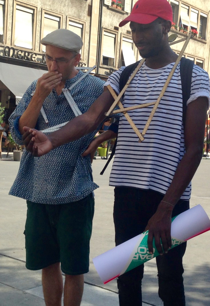 Jonas (avec un béret): compositeur rappeur relève le défi coopératif «Tu m'as vu?»